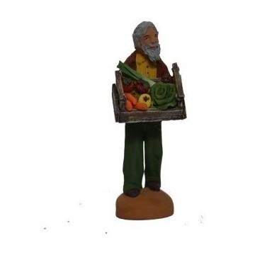 l'homme portant une cagette de légumes
