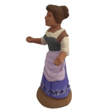 Femme au chignon bras écartés