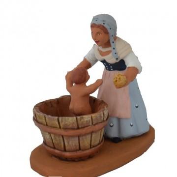 Maman lavant son bébé