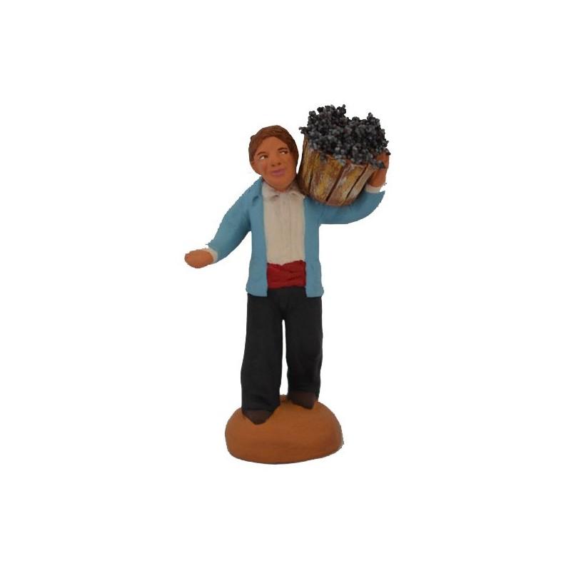 vendangeur portant le seau de raisins sur son épaule