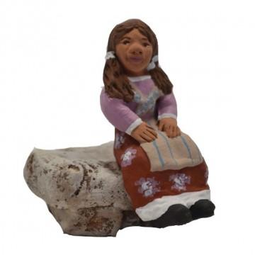 Petite fille assise modèle violet sans socle