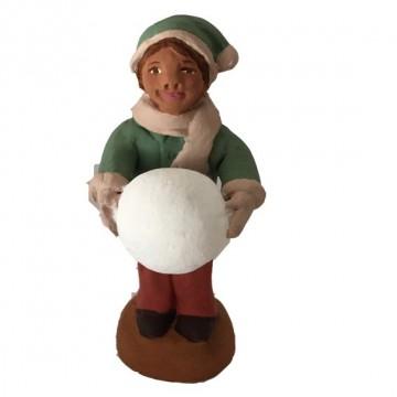 Petit garçon à la grosse boule de neige