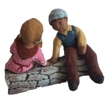 Enfants assis sur un muret