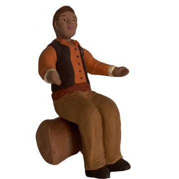 l'homme assis bras écartés
